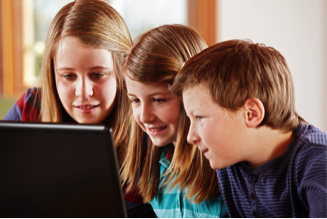 Bildnachweis: 2 girls and a boy at the laptop | Ingo Bartussek | Fotolia