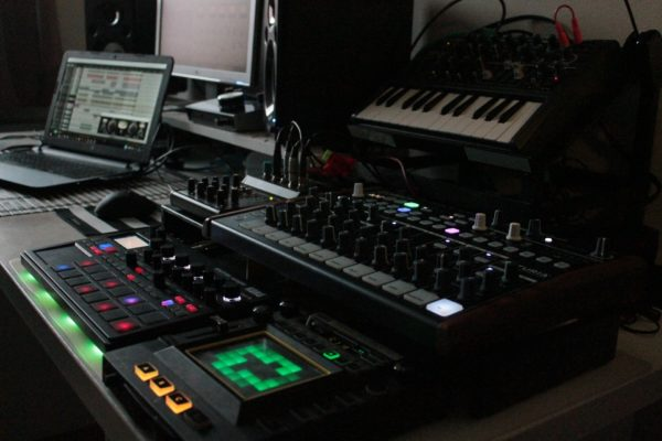 Tonstudio mit Equipment und Musik-Software
